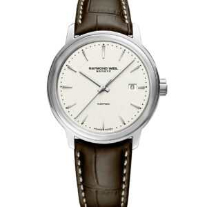 This Raymond Weil Maestro watch features stick markers, an ivory dial, and an automatic movement. The 39.5mm case is crafted from stainless steel and held on by a brown leather strap.