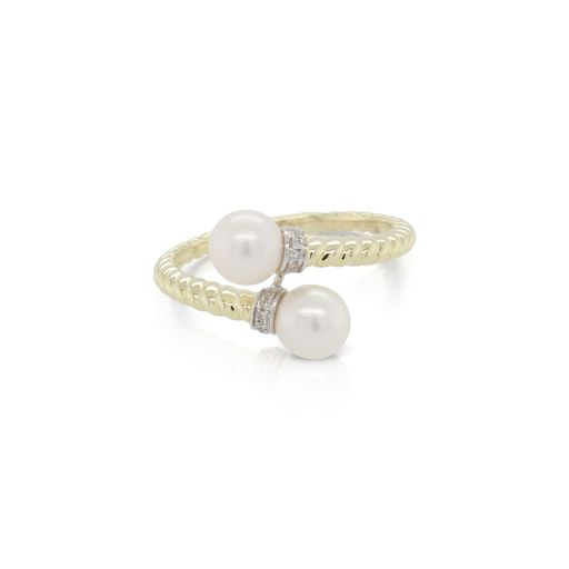 This pearl and diamond ring by Rafael is crafted from 14k yellow gold and features two pearls and 0.03 total carats of diamonds.